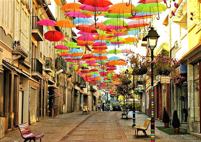 چترهای رنگارنگ، سقف خیابان های آگوئه دا در پرتغال