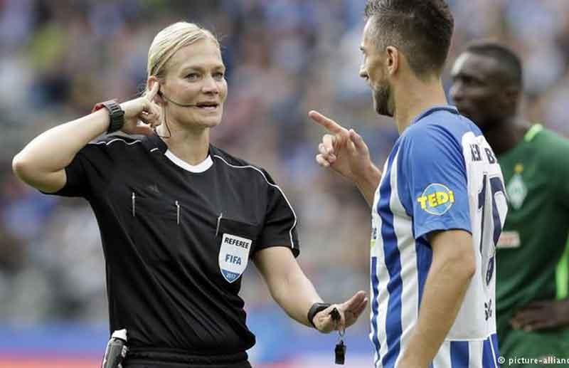 سوژه شدن جهانی عدم پخش فوتبال در ایران بخاطر داور زن آلمانی| عکس