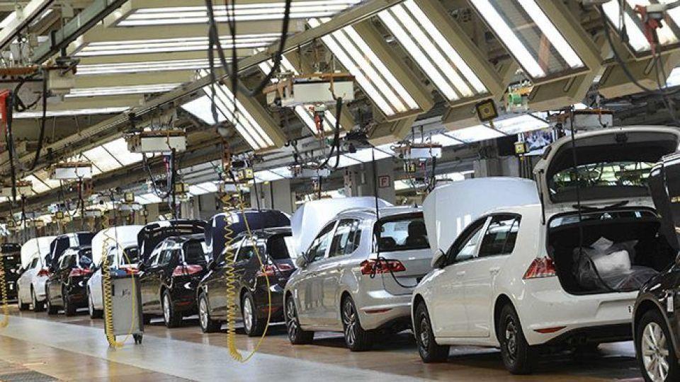 تولید خودروهای داخلی نصف شد !